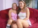 Deux copines jouissent avec une même bite